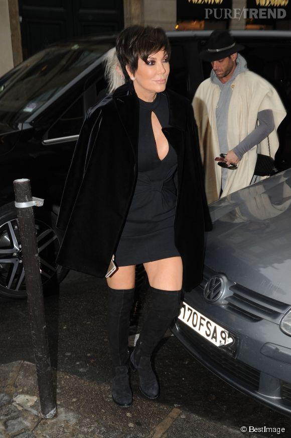 Décolleté, minirobe et cuissardes, Kris Jenner n'arrive pas à trancher : elle mixe tout !
