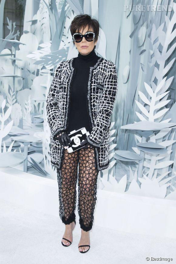 """Kris Jenner et son """"pantalon"""" transparent au défilé Chanel Haute Couture printemps-été 2015."""