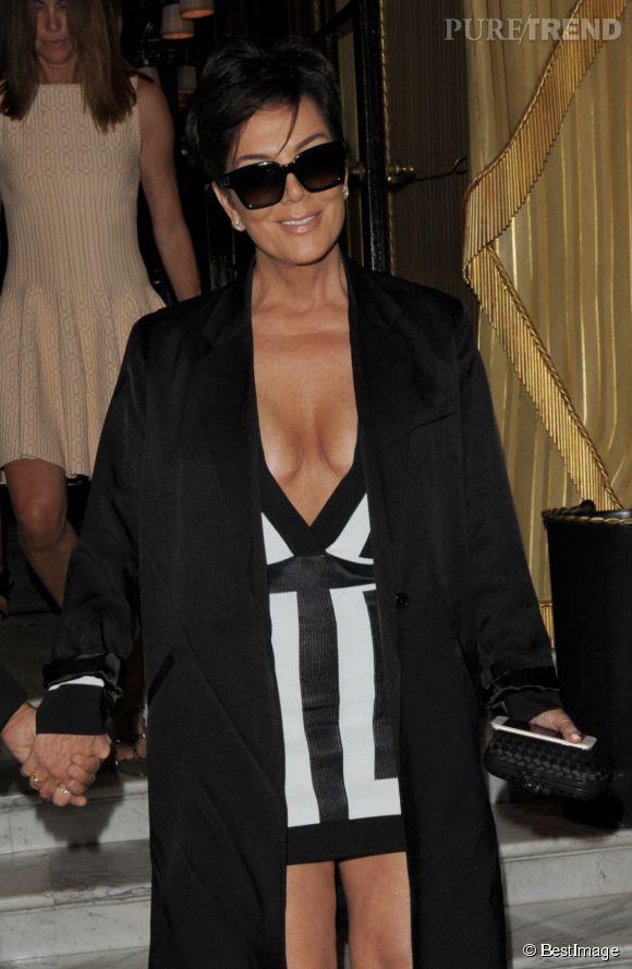 Kris Jenner moulée et décolletée dans sa robe Balmain, jeudi soir à Paris.