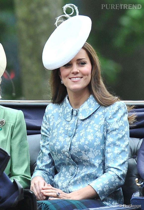 Kate Middleton, élégante avec un manteau satiné