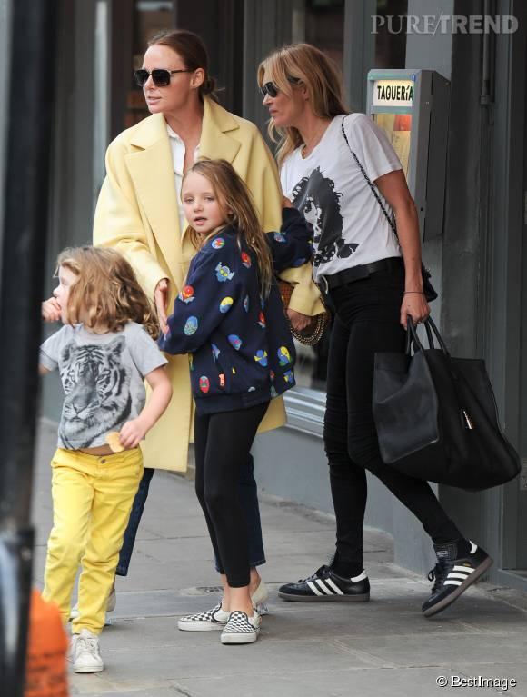 Kate Moss, Stella McCartney et ses enfants en sortant de leur déjeuner.