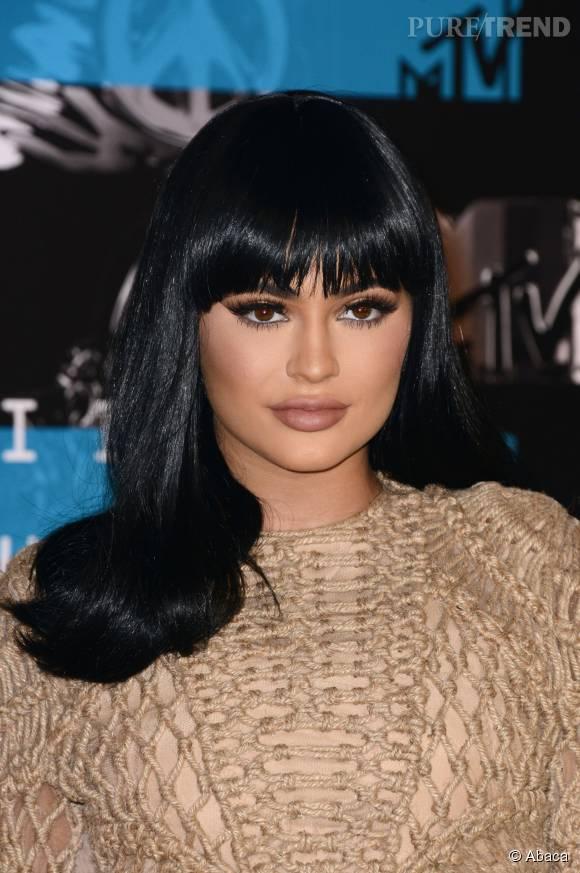 Kylie Jenner, en brune et très très maquillée.
