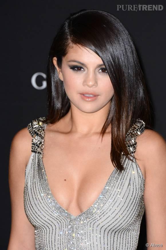 """Selena Gomez pique un coup de gueule face aux critiques reçues pour la pochette de son album """"Revival"""", où elle pose nue."""