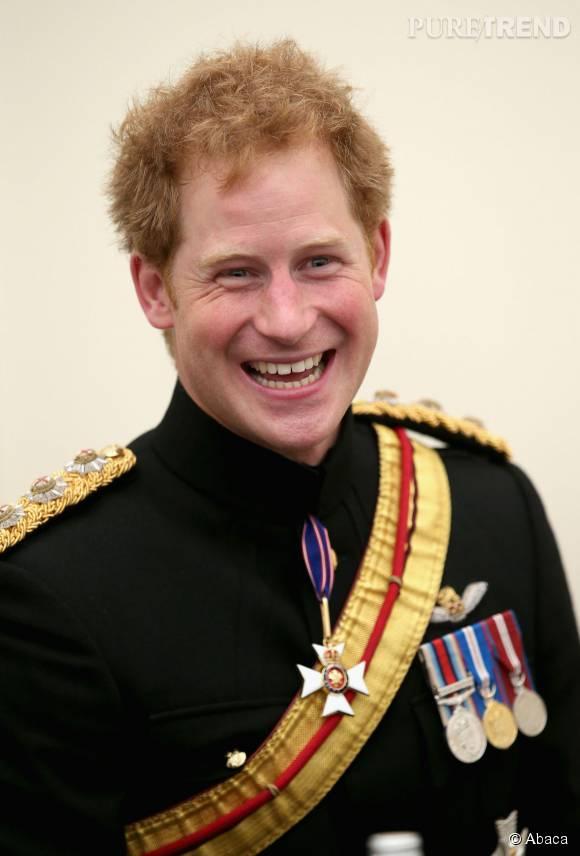 Le Prince Harry très fier en tenue militaire.