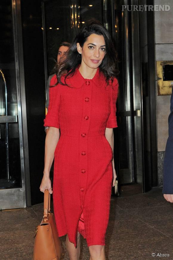 Amal Clooney fait une apparition remarquée à la sortie de l'hôtel Four Seasons le 30 septembre 2015 à New York.