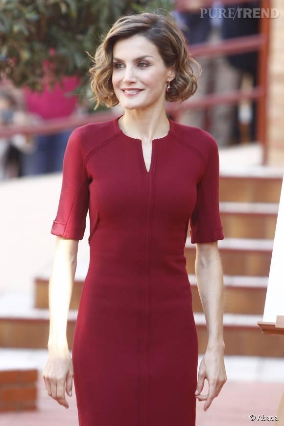 Letizia d'Espagne, très chic dans sa robe rouge, ce jeudi à Caceres.