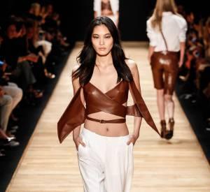 Top en cuir et pantalon fluide, l'addition parfaite chez Barbara Bui.