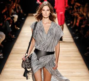 Barbara Bui nous offre une très jolie robe légère sur les tons de gris.