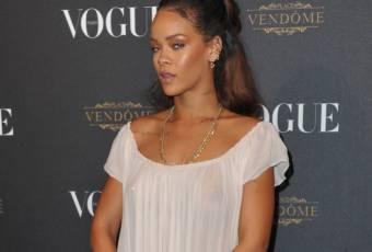 Rihanna : culotte et tétons apparents à la soirée Vogue, elle a osé !