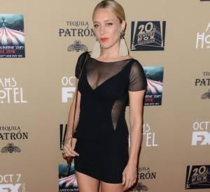 La jeune femme mise sur une robe sexy et des boucles rétro.