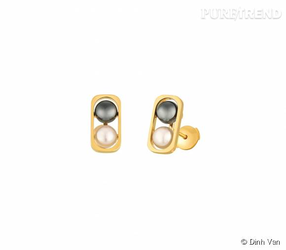 Boucles d'oreillesdinh van en or jaune,perles d'eau douce et d'hématite.   1 290 euros.