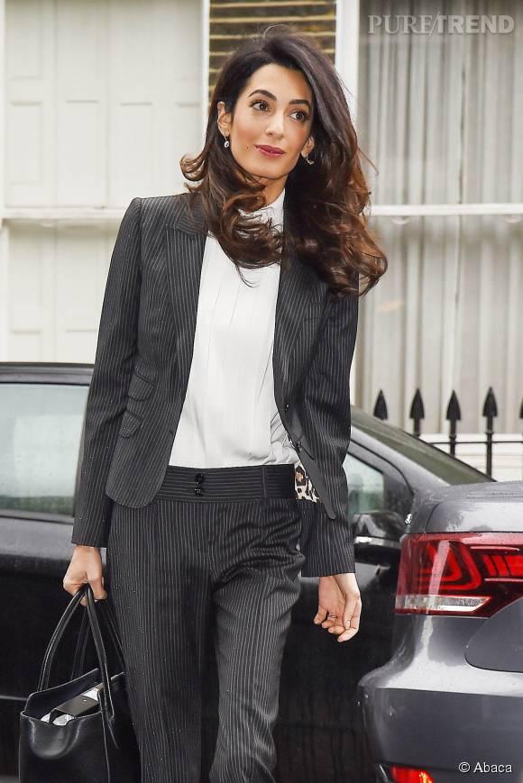 Amal Clooney nous rend jalouse avec son brushing parfaitement exécuté. Son beauty look est une réussite.