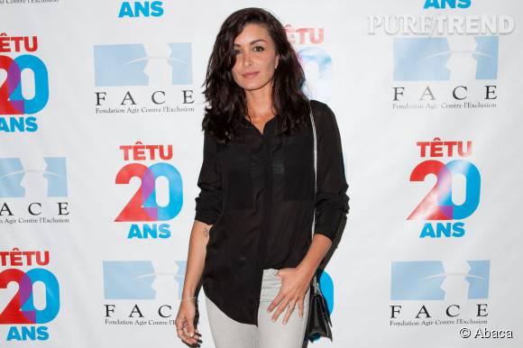 Jenifer adorable dans sa chemise noire transparente.