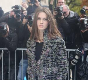Marine Vacth se réchauffe dans son manteau Chanel métiers d'arts 2015-2016.