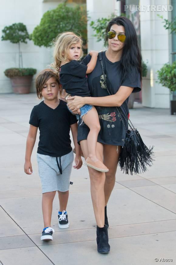 Kourtney Kardashian, une maman aux petits soins avec ses enfants.