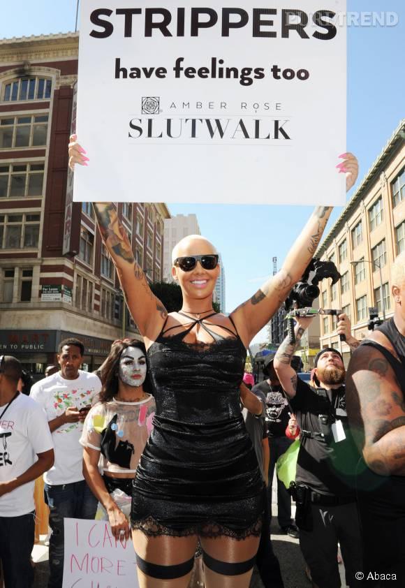 """Amber Rose brandit une pancarte : """"Les stripteaseuses ont aussi des sentiments""""."""