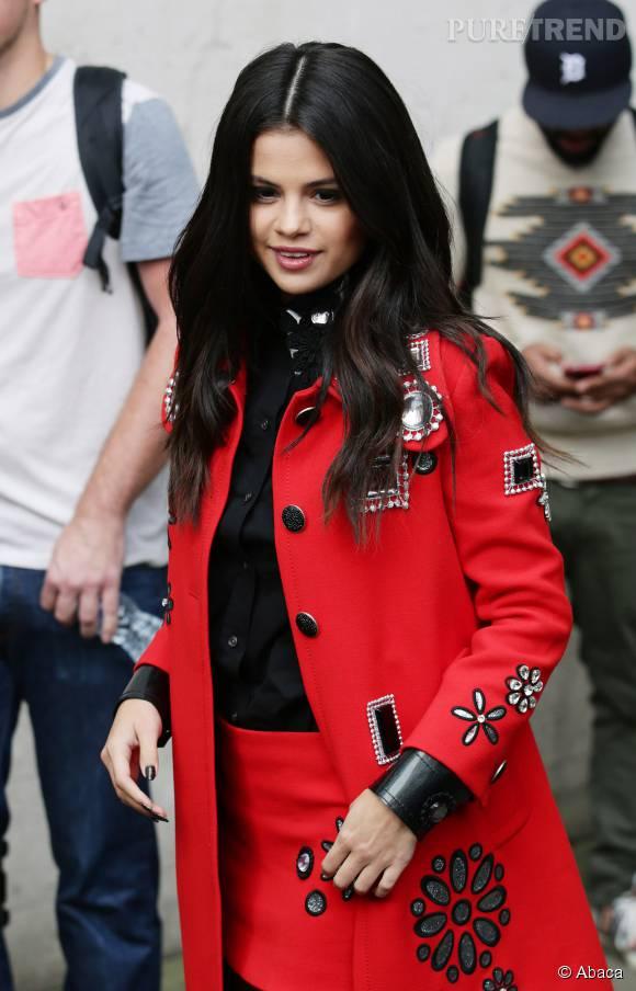 Selena Gomez magnifique dans cette tenue rouge et noire à Londres.