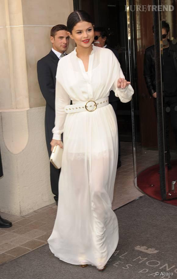 Selena Gomez sort du Royal Monceau avec élégance.