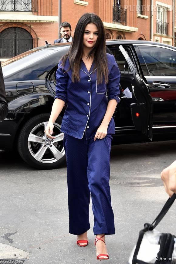 Selena Gomez opte pour la tendance pyjama chic.