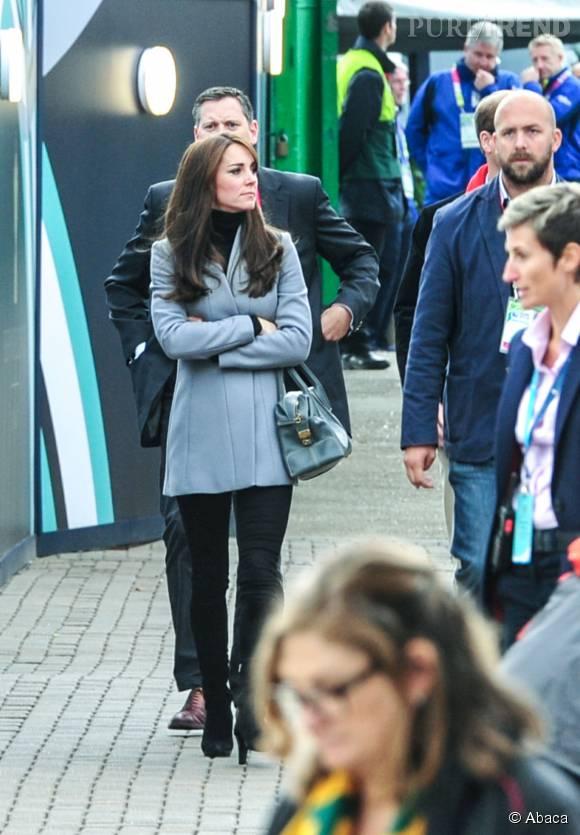 Kate Middleton, très élégante en talons hauts et manteau gris.