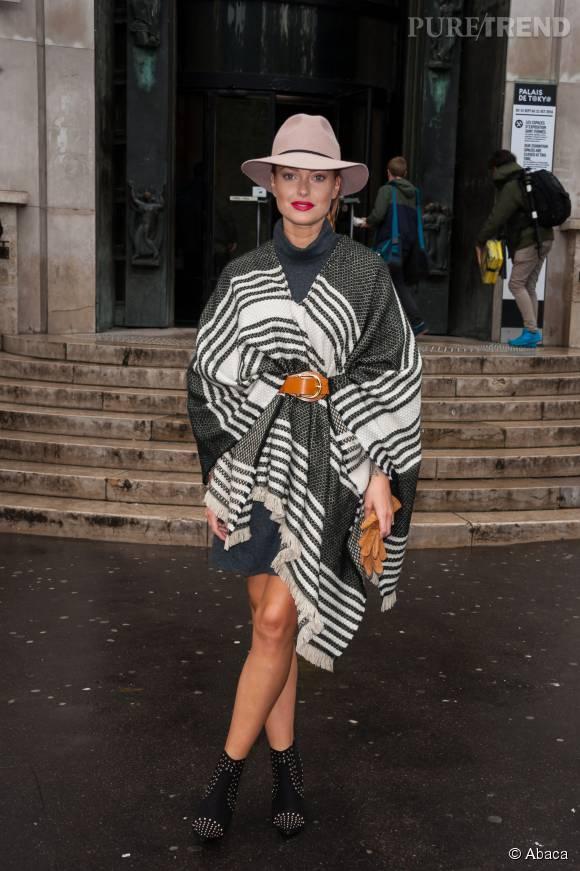 Caroline Receveur à l'entrée du défilé Agnès b. pendant la Fashion Week de Paris.
