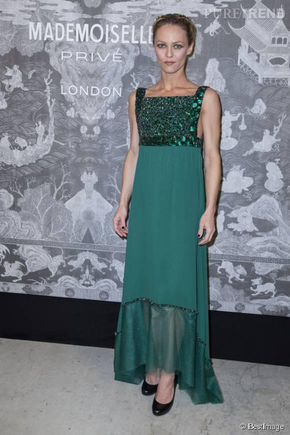 """Après s'être trouvée nez à nez avec Rita Ora dans la même tenue, Vanessa Paradis se change pour une robe verte lors de l'exposition """"Mademoiselle Chanel"""" à la Saatchi Gallery de Londres le 12 octobre 2015."""