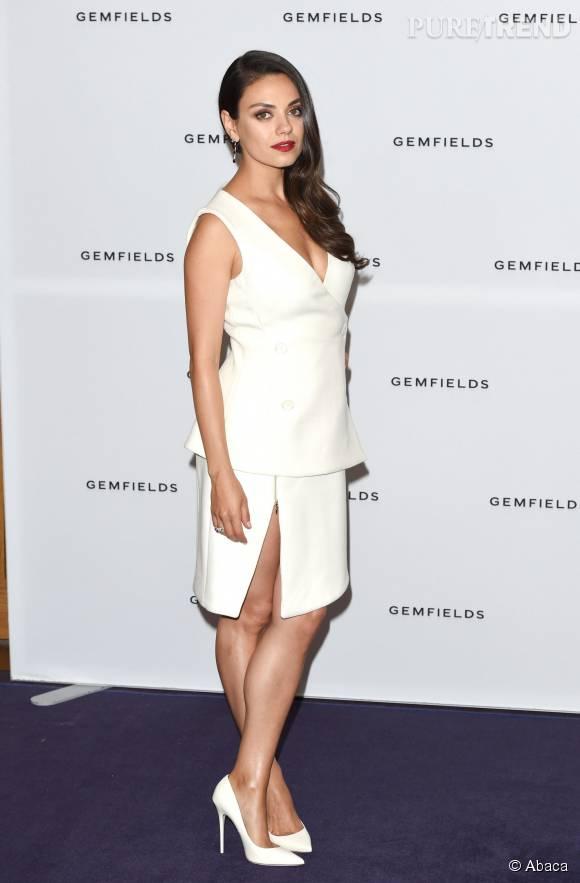 Mila Kunis complètement sexy dans cette robe échancrée.