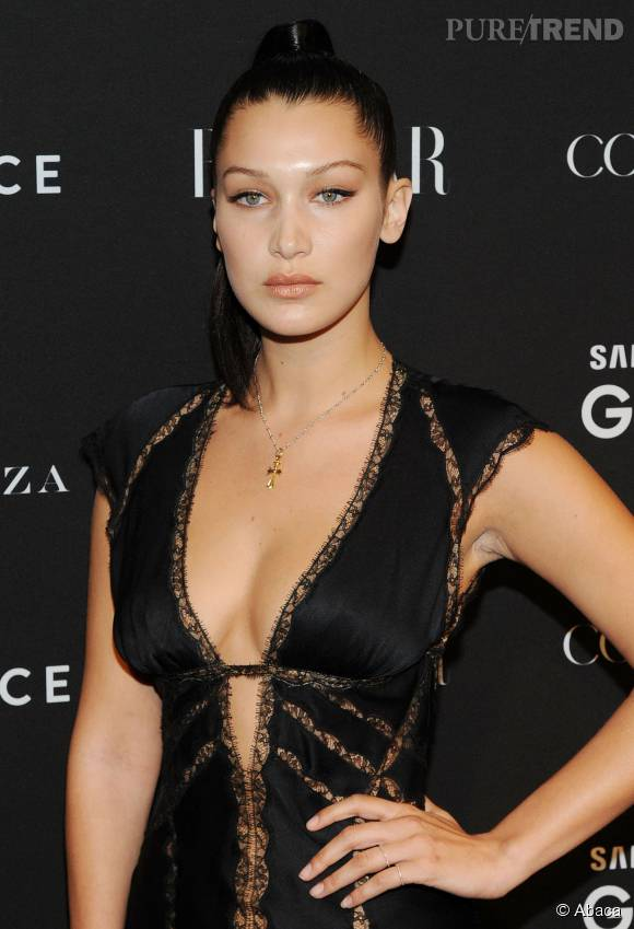 Bella Hadid enflamme Instagram avec une robe résille transparente.