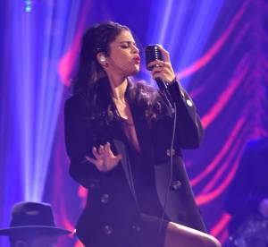 Selena Gomez : résille et décolleté torride chez Jimmy Fallon