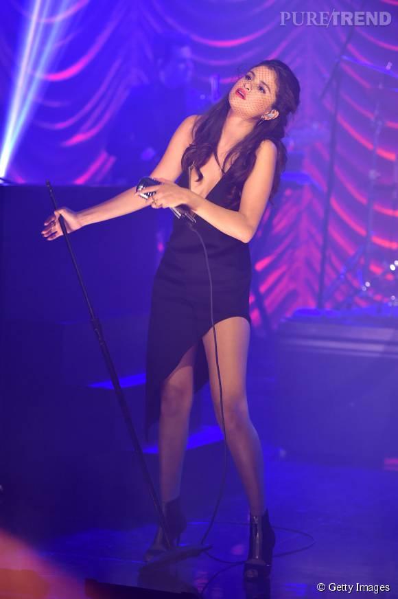 Selena Gomez dévoile son corps de déesse sous une robe plus échancrée que jamais.