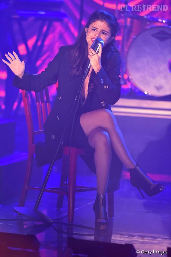 Selena Gomez sexy avec le visage couvert d'une fine résille.
