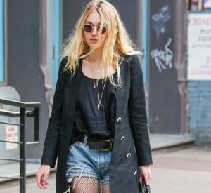 Dakota Fanning mixe les pièces vintages et les vêtements de luxe.