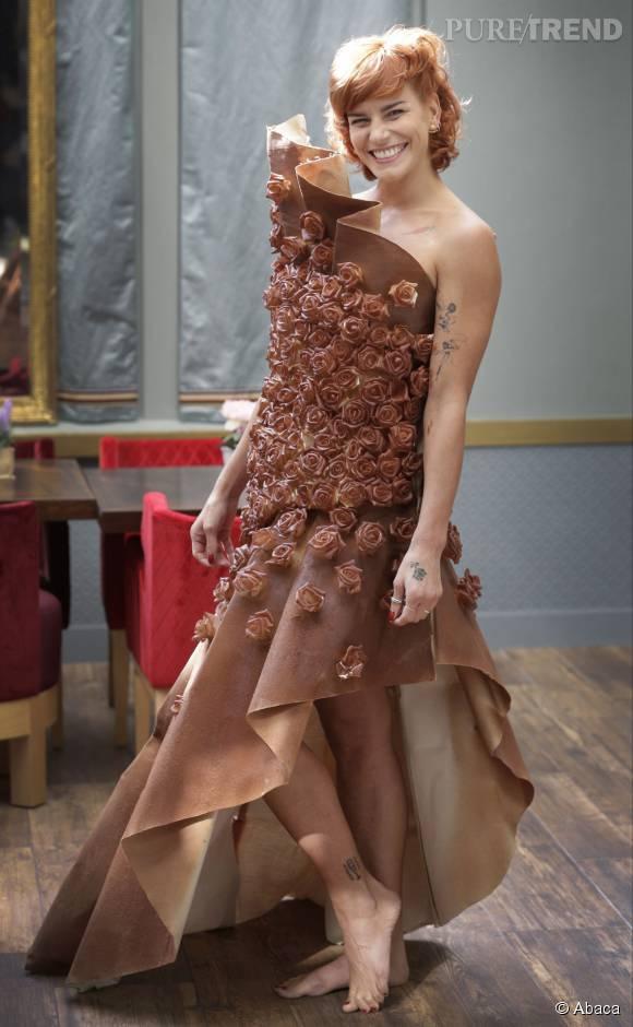 Fauve Hautot, plus heureuse que jamais dans sa robe chocolatée.