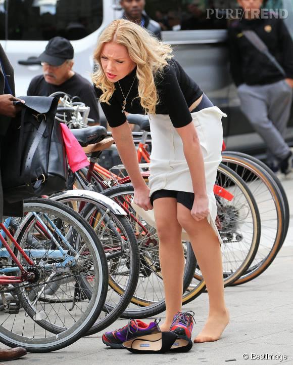 Changement de tenue sous les yeux des passants pour l'actrice américaine.