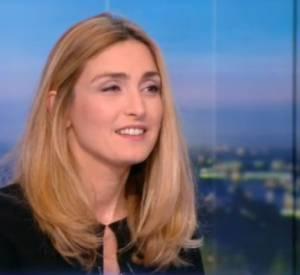 Interview de Julie Gayet sur le plateau du JT de 20 heures de TF1, ce mardi 29 décembre 2015.