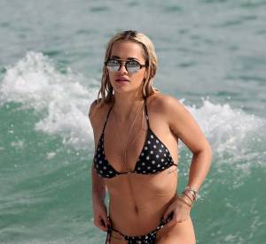 Rita Ora : sirène sexy dans son bikini à pois, elle affole la Floride