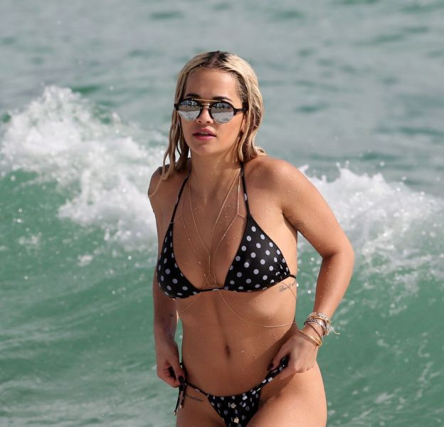 Rita Ora dégaine le bikini à pois sous le soleil de Miami.