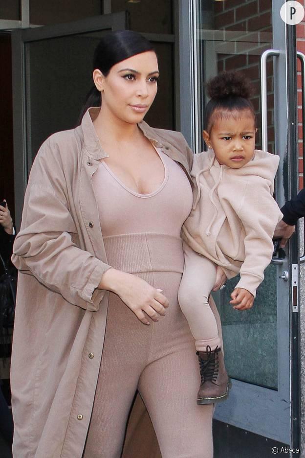 North West et Kim Kardashian dans des tenues accordées. La petite fille semble une nouvelle fois ravie de voir autant de photographes en bas de chez elle.