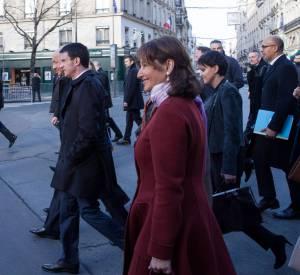 Avec son manteau bordeaux, elle tire son épingle du jeu.
