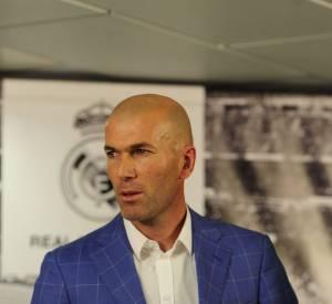 Zinedine Zidane, élégant, il opte pour un blazer à carreaux bleus.