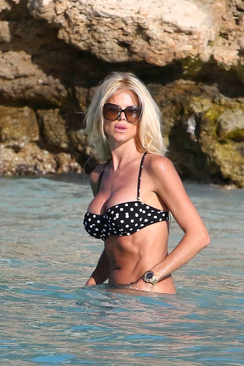 Victoria Silvstedt dévoile ses courbes de folie et son corps tonique dans un bikini à pois.