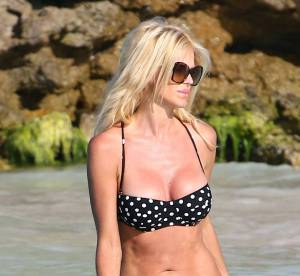 Victoria Silvstedt, pin-up dangereusement sexy en mini bikini à Saint-Barth