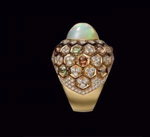 """Bague """"Miel"""" de Cartier en or jaune, opale d'Ethiopie, saphirs de couleur, laque noire et diamants."""