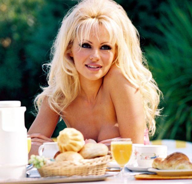 Pamela Anderson revient sur son passé sulfureux dans les pages de Paris Match daté du 6 janvier 2016.