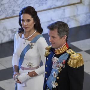 La princesse brille dans une robe immaculée.
