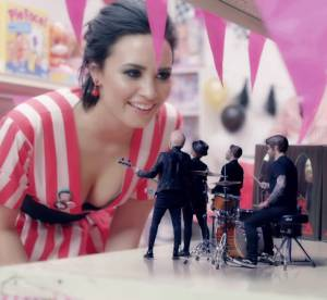 Demi Lovato pin-up sexy pour le clip clin d'oeil des Fall Out Boy à *NSYNC