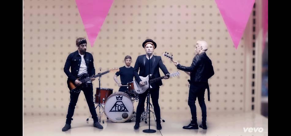 """Comme dans le clip des NSYNC """"It's Gonna Be Me"""" les Fall Out Boy se transforment en poupée."""