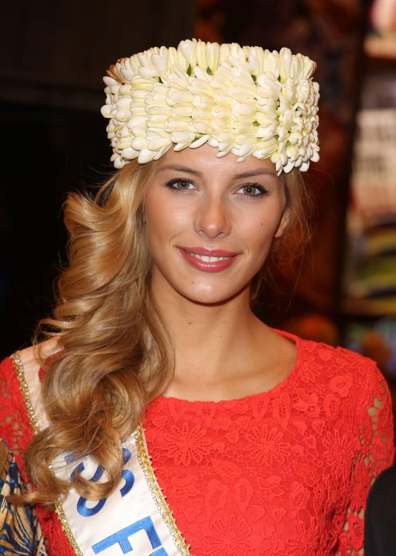 Camille Cerf serait-elle nostalgique de son époque Miss France ?