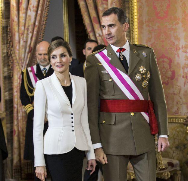Letizia d'Espagne fait une apparition élégante et sensuelle à Madrid avec sa jupe longue fendue ornée de broderies.
