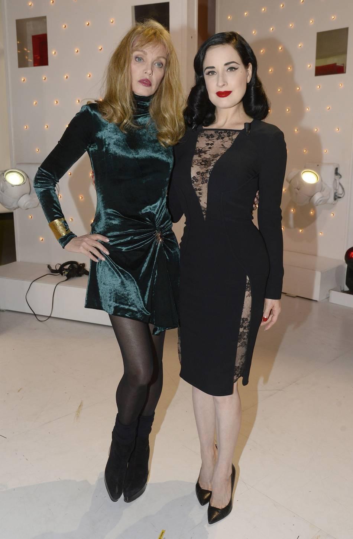 Les deux jeunes femmes misent sur des tenues très sexy, une mini en velours pour Arielle et de la dentelle sulfureuse pour Dita.